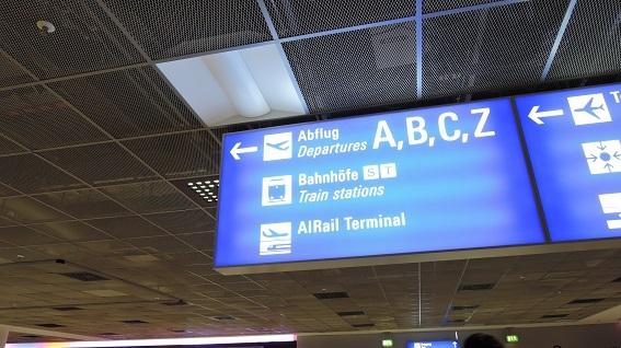 空港から列車へ.jpg